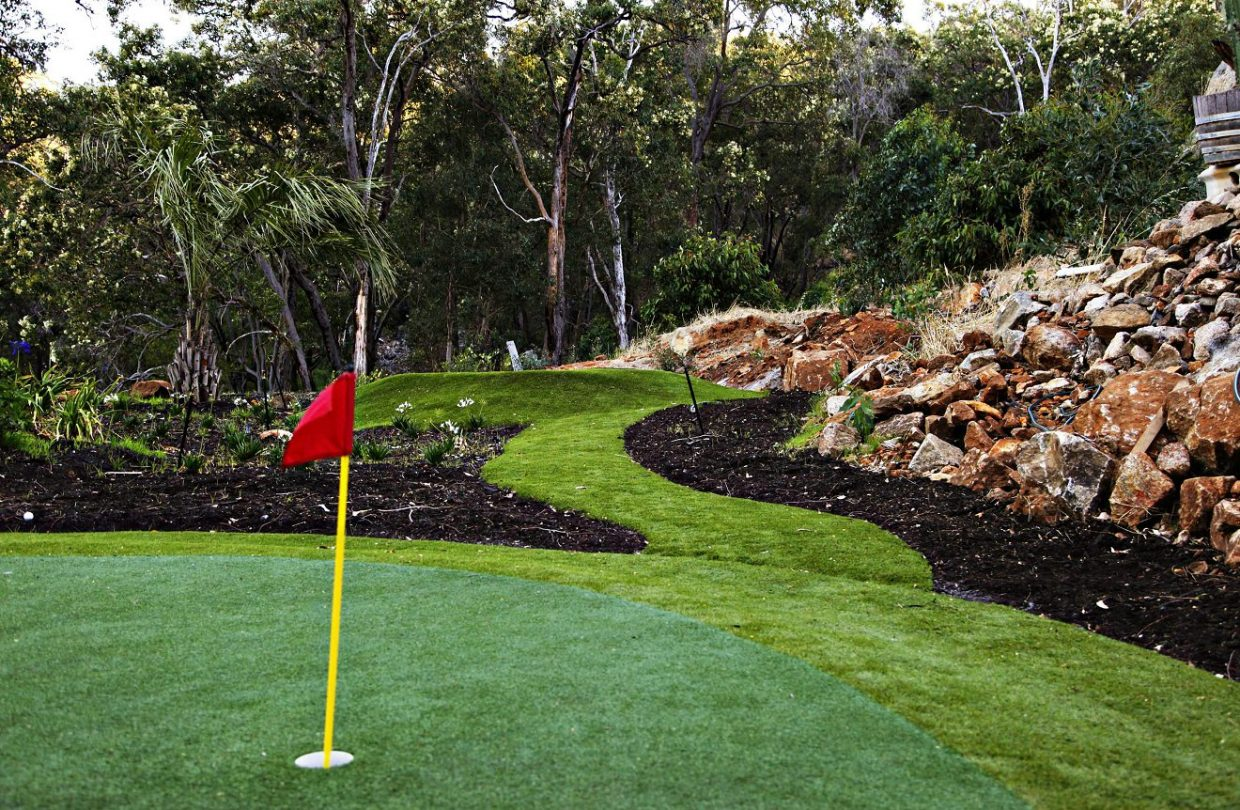 https://www.artificialgrasslandscape.com/wp-content/uploads/2017/04/CCGrass-synthetic-turf-for-golf-Australia-1240x810.jpg