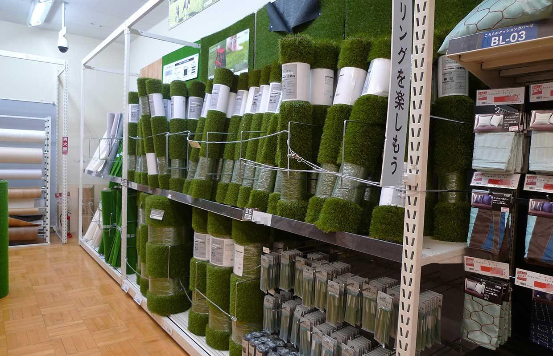 https://www.artificialgrasslandscape.com/wp-content/uploads/2017/10/artificial-grass-roll-in-chain-store-Japan01-1240x800.jpg